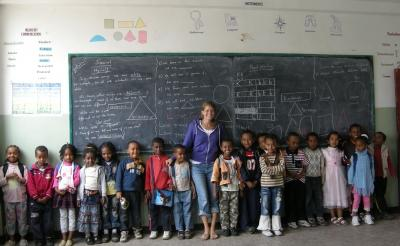 Une volontaire dans une salle de classe avec des enfants