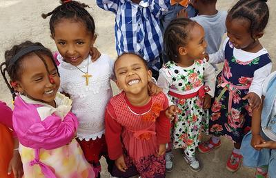 Un groupe de jeunes filles sur le projet d'aide à l'enfance dans un centre d'accueil en Ethiopie