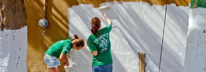 Deux volontaires participent aux rénovations dans une communauté locale