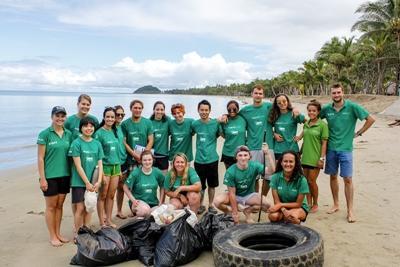 Une photo d'équipe des volontaires après le nettoyage d'une plage aux Fidji