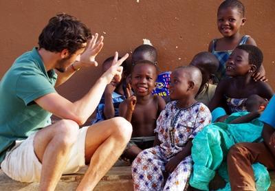 un volontaire joue avec des élèves lors de sa mission humanitaire en enseignement au Togo