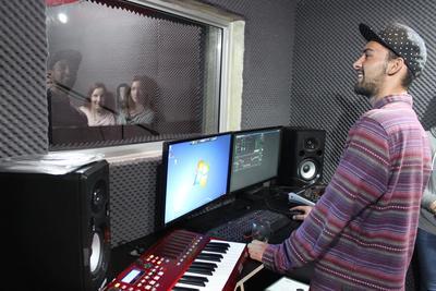 Un volontaire en production musicale au Cap, Afrique du Sud, dans un studio d'enregistrement avec des artistes