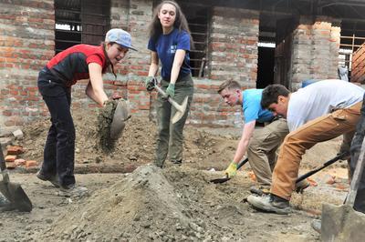 Les volontaires de Projects Abroad contribuent à la reconstruction d'une école au Népal.