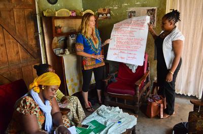 Une volontaire aide des femmes dans la gestion de leurs entreprises en Tanzanie