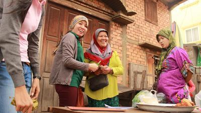 Une volontaire travaille sur un projet de micro-finance pour l'émancipation des femmes au Cambodge