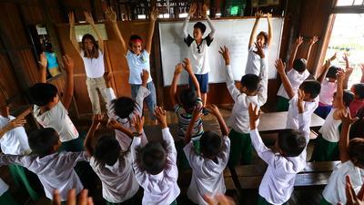 Des volontaires travaillent auprès de jeunes enfants en Birmanie