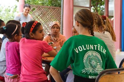 Une volontaire sur un chantier international humanitaire au Maroc passe du temps avec les enfants et parents