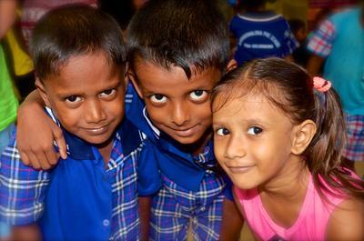 Trois jeunes élèves dans une école partenaire pour l'un de nos projets humanitaire au Sri Lanka