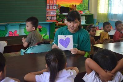 Une volontaire travaille avec le matériel fabriqué par d'anciens volontaires lors d'une mission humanitaire aux Philippines.