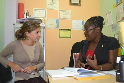 Une volontaire en stage en psychologie discute avec une collègue lors de sa mission en Jamaïque