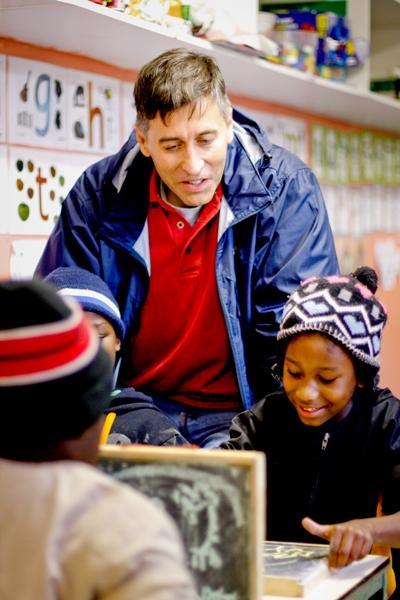 Un adulte en mission de volontariat en Afrique du Sud lors d'une année sabbatique
