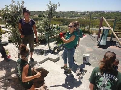 Des volontaires au travail lors d'un chantier international de construction et cours d'anglais en Afrique du Sud