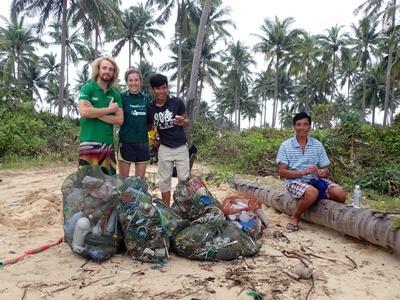 Des volontaires ont participé au nettoyage d'une plage et au ramassage des déchets avec des cambodgiens