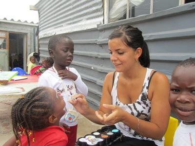 Volontaire travaillant auprès d'enfants dans une crèche