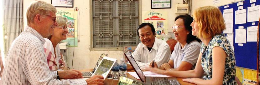 Des volontaires en projet microcrédit avec Projects Abroad en entretien avec des bénéficiaires