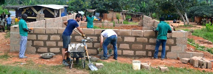 Des volontaires aident lors d'un chantier de construction au Ghana.