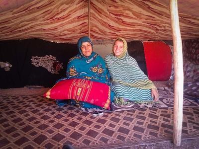 Une femme locale et une volontaire dans une tente nomade au Maroc