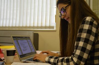Une volontaire dans le bureau de Projects Abroad sur le projet en droits de l'Homme en Afrique du Sud
