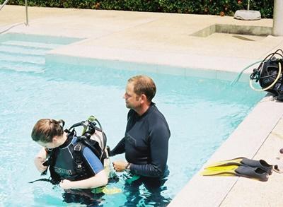 Une volontaire en cours de plongée dans une piscine en Thaïlande pour devenir instructeur PADI