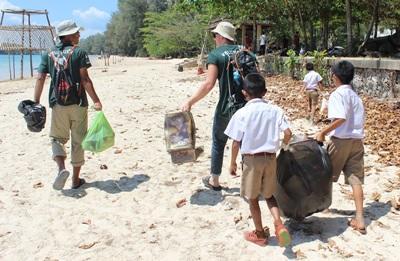 Volontaires en projet écovolontariat en Thaïlande avec les enfants d'une école locale
