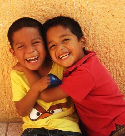 Deux enfants dans une école au Belize