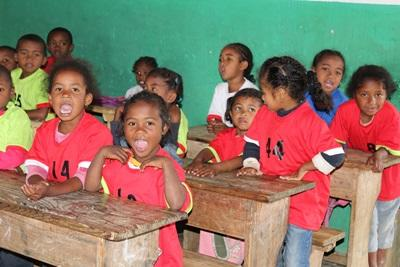 Un groupe d`enfants sourit à la caméra
