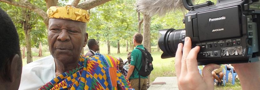 Des volontaires effectuent une interview dans le cadre d'un projet en journalisme