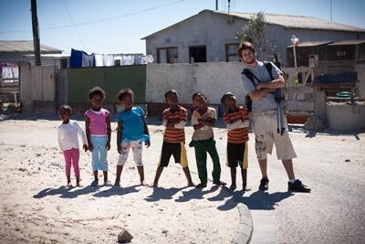Volontaire en mission humanitaire avec les enfants d'un township