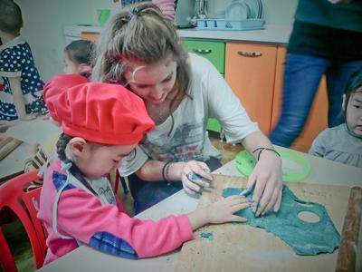 Une volontaire avec des enfants lors d'une mission humanitaire en Mongolie