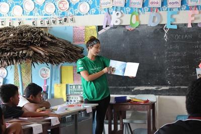 Volontaire en mission aux îles Samoa donnant un cours aux élèves