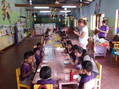 Une volontaire s`occupe des enfants dans un centre d`accueil