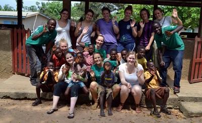 Des volontaires visitent  une  école au Ghana pendant leur mission Médecine
