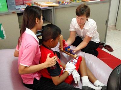 Volontaire travaillant avec un enfant