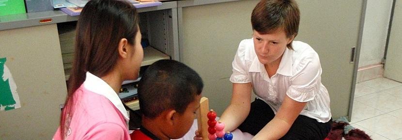 Volontaire travaillant avec les enfants dans le cadre d'une mission en ergothérapie