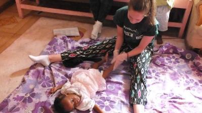 Une volontaire faisant des exercices d'ergothérapie