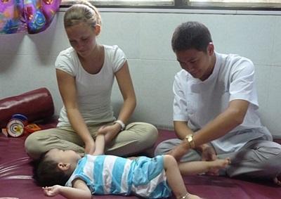 Volontaire en train de masser un enfant