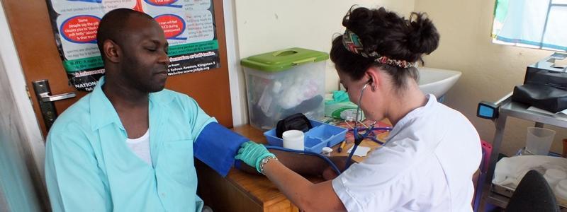 Une volontaire en mission humanitaire de médecine générale en Jamaïque