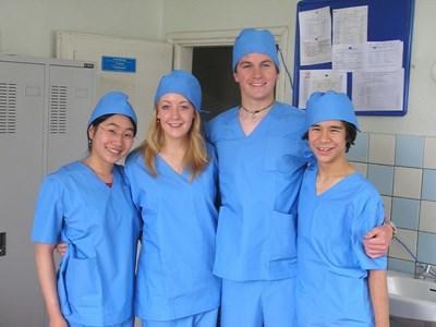 Volontaires sages-femmes et infirmiers humanitaires
