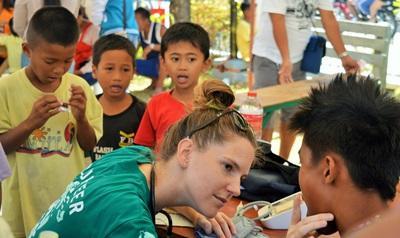Volontaire lors d'une campagne en santé publique auprès des habitants aux Philippines