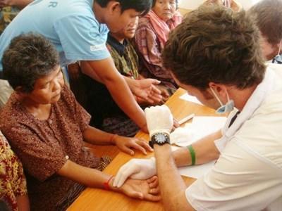 Soins infirmiers lors d'une campagne de prévention médicale au Cambodge