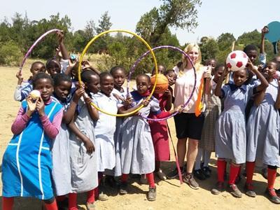 Une volontaire pose avec ses élèves