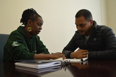 Maria Mulindi se prépare avec un volontaire avant un entretien