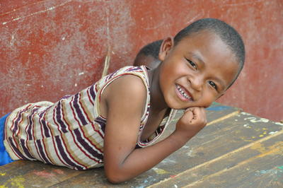 Un garçon local qui sourit lors d'une mission de volontariat à Madagascar