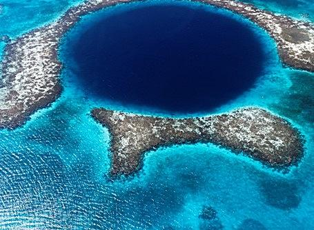 Photo du Grand Trou Bleu, cénote sous-marin au large de la côte du Belize