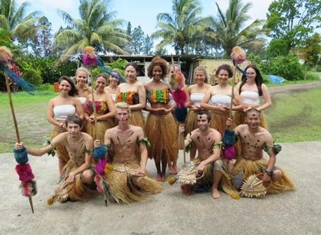 Volontaires en vêtements traditionnels aux îles Fidji